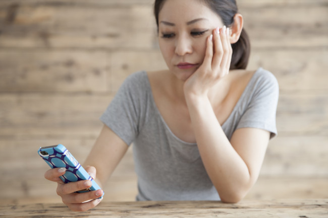 Women are suffering while watching the smartphone